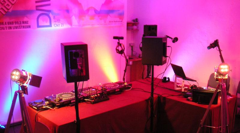 Der Seminarraum bei Coloradio wurde umgebaut zum Studio. Wir senden und erwarten Gäste.